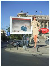 Fig. 4. Peisaj urban urâțit de publicitatea sălbatică (București, septembrie 2012, foto. S. C.)
